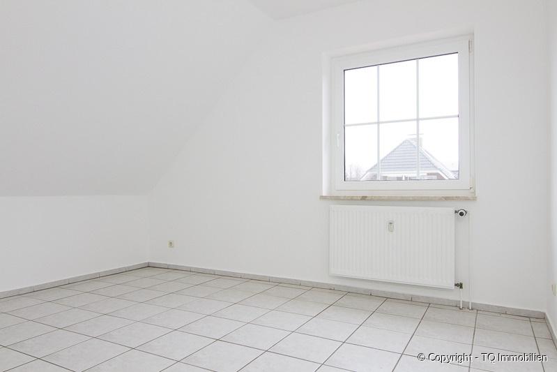 schlafzimmer im dg tq immobilien. Black Bedroom Furniture Sets. Home Design Ideas
